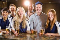 Groupe d'amis ayant le verre de bière dans la partie Photographie stock
