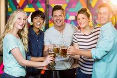 Groupe d'amis ayant le verre de bière dans la partie Photos stock