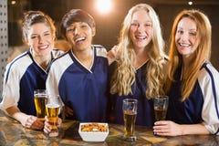 Groupe d'amis ayant le verre de bière dans la partie Photo stock