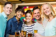 Groupe d'amis ayant le verre de bière dans la partie Image stock