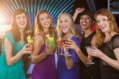 Groupe d'amis ayant le verre du cocktail au compteur de barre Images stock