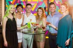 Groupe d'amis ayant le verre du cocktail dans la barre Photo stock