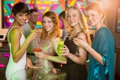 Groupe d'amis ayant le verre du cocktail dans la barre Photographie stock