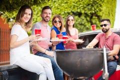 Groupe d'amis ayant un barbecue Photos libres de droits