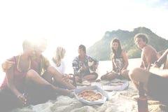 Groupe d'amis ayant un concept de partie de plage d'été Photos libres de droits