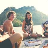 Groupe d'amis ayant un concept de partie de plage d'été Photo libre de droits