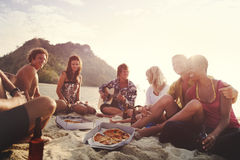 Groupe d'amis ayant un concept de partie de plage d'été Image libre de droits