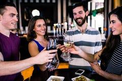 Groupe d'amis ayant un verre de vin Photos stock