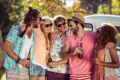 Groupe d'amis ayant une bière ensemble Photographie stock libre de droits