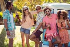 Groupe d'amis ayant une bière ensemble Photo libre de droits