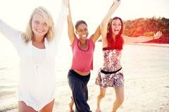 Groupe d'amis ayant une partie de plage d'été Photographie stock