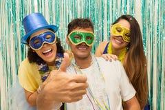 Groupe d'amis brésiliens utilisant le costume de Carnaval L'homme fait a Image stock