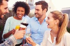 Groupe d'amis buvant à une barre de dessus de toit Image libre de droits