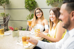 Groupe d'amis buvant de la bière Photos libres de droits