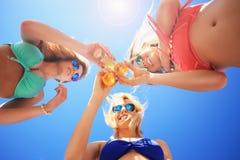 Groupe d'amis buvant de la bière sur la plage Photo libre de droits