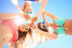 Groupe d'amis buvant de la bière sur la plage Photographie stock libre de droits