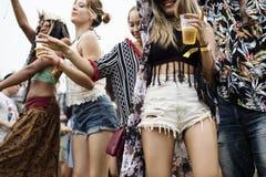 Groupe d'amis buvant des bières appréciant le festival de musique ensemble Images libres de droits