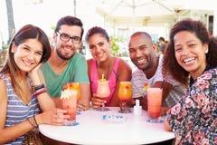 Groupe d'amis buvant des cocktails à la barre extérieure Photos libres de droits
