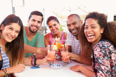 Groupe d'amis buvant des cocktails à la barre extérieure Photo libre de droits