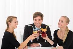 Groupe d'amis buvant des cocktails Photo libre de droits