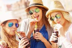 Groupe d'amis buvant des cocktails dans la ville Photographie stock libre de droits