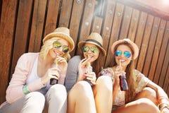 Groupe d'amis buvant des cocktails dans la ville Image stock