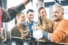 Groupe d'amis buvant des cocktails et parlant au restaurant - Image libre de droits