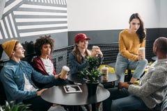 groupe d'amis buvant du café dans moderne Photographie stock