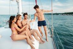 Groupe d'amis buvant et ayant la partie sur le bateau à voile Photographie stock