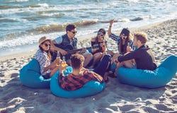 Groupe d'amis buvant sur la partie de plage Photo stock