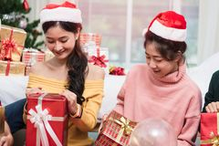 Groupe d'amis célébrant avec le boîte-cadeau Image stock