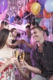 Groupe d'amis célébrant, grillant avec le champagne, boîte de nuit dans Pékin Image stock