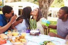 Groupe d'amis célébrant l'anniversaire à la maison Photographie stock