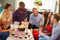 Groupe d'amis célébrant l'anniversaire à la maison ensemble Image libre de droits
