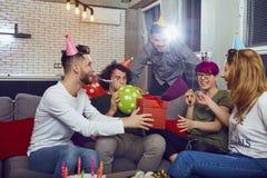 Groupe d'amis célébrant l'anniversaire à une partie Images stock