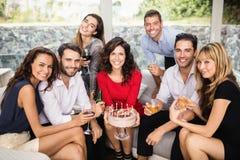 Groupe d'amis célébrant l'anniversaire Image stock