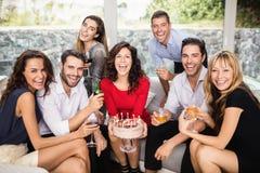 Groupe d'amis célébrant l'anniversaire Photos stock