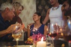 Groupe d'amis célébrant l'anniversaire Image libre de droits
