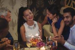 Groupe d'amis célébrant l'anniversaire Photographie stock