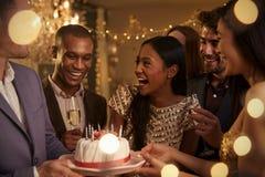 Groupe d'amis célébrant l'anniversaire avec la partie à la maison image libre de droits