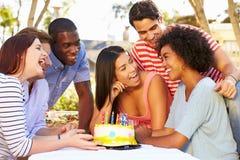 Groupe d'amis célébrant l'anniversaire dehors Images libres de droits