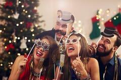 Groupe d'amis célébrant la nouvelle année Image stock