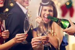Groupe d'amis célébrant la nouvelle année Photographie stock