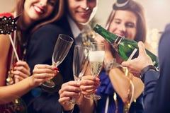 Groupe d'amis célébrant la nouvelle année Photographie stock libre de droits