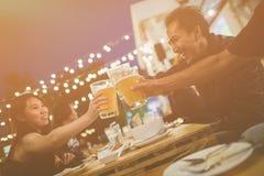 Groupe d'amis célébrant le festival et appréciant même des boissons Photographie stock libre de droits