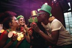 Groupe d'amis célébrant le jour du ` s de St Patrick à la barre Photos libres de droits