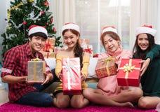 Groupe d'amis célébrant montrant le boîte-cadeau Photographie stock