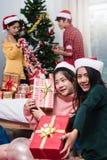 Groupe d'amis célébrant montrant le boîte-cadeau Photos stock