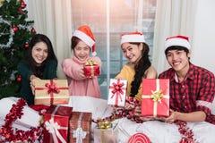 Groupe d'amis célébrant montrant le boîte-cadeau Image libre de droits