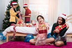 Groupe d'amis célébrant montrant le boîte-cadeau Images libres de droits